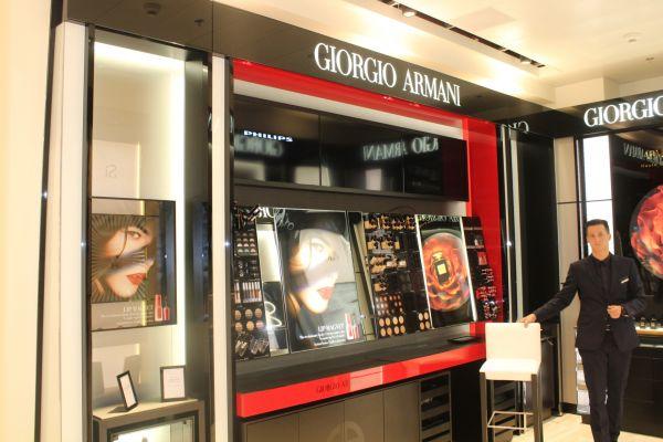 Есть также магазин Джорджио Армани