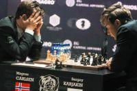 Магнус Карлсен (слева) и Сергей Карякин (справа). Матч за шахматную корону - это состязание нервов.