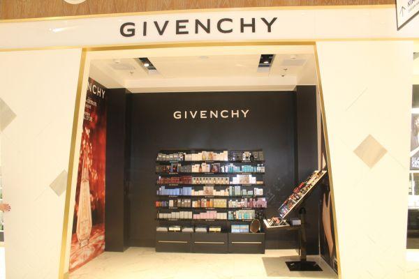 В универмаге появились очень престижные магазины духов Givenchy