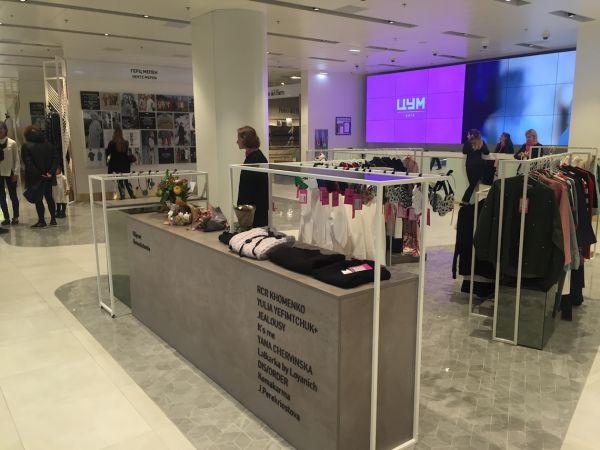 Взгляд людей в первую очередь падал на одежду и это неудивительно потому, что мы знаем, что большинство посетителей торговых центров - женщины
