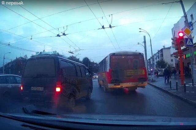 Водитель автобуса начал движение на красный сигнал светофора.