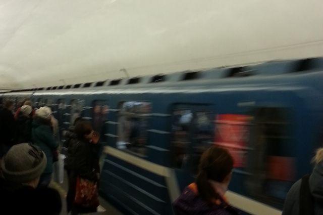Мужчина шагнул под прибывший поезд.