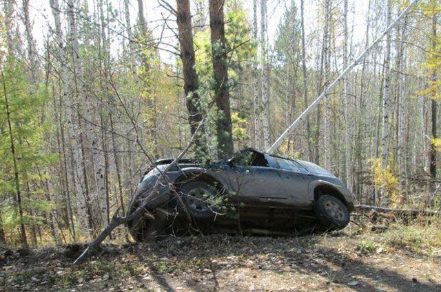 На трассе Оренбург-Самара «ВАЗ» вылетел в кювет и врезался в дерево.