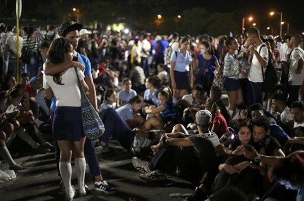 Участники траурного митинга в память о Фиделе Кастро.