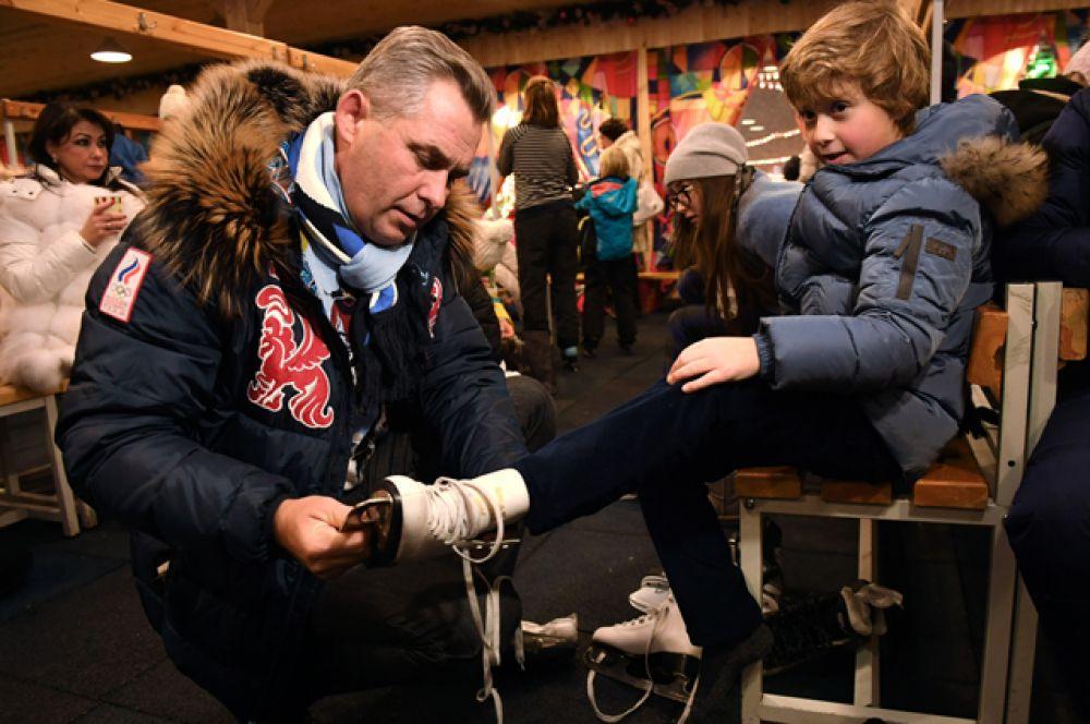 Адвокат Павел Астахов с ребенком на открытие ГУМ-Катка на Красной площади.
