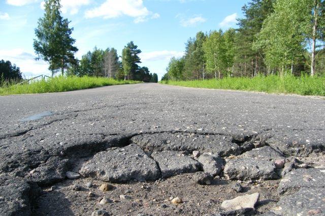 ВЧелябинске огромная яма испортила колеса нескольких авто