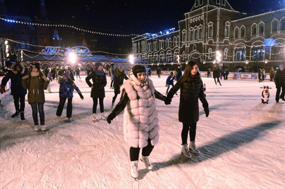 Посетители на открытии 11-ого сезона ГУМ-Катка на Красной площади в Москве.