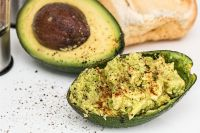 Авокадо содержит полезный растительный жир и витамин E.