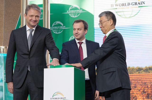 Александр Ткачёв, Аркадий Дворкович и Жень Ван (слева направо)