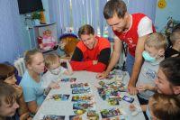 Хоккеисты регулярно приходят в детское отделение с подарками.
