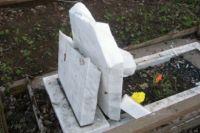 За подобное осквернение могил в Омской области будут штрафовать.