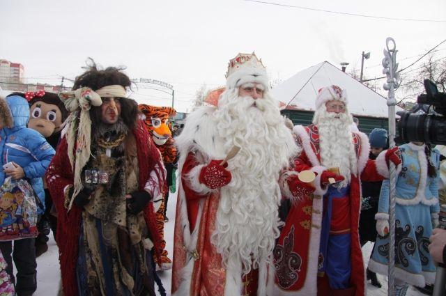 Дед Мороз из Великого Устюга вручил маленьким жителям Барнаула подарки.