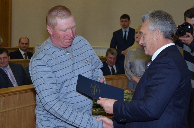 Замглавы регионального правительства Станислав Гребенщиков вручил почётные грамоты лучшим работникам отрасли.