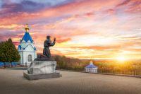 Памятник Серафиму Саровскому в Курской области.