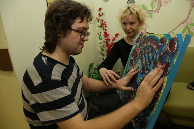 Незрячие люди знакомятся с живописью на ощупь.