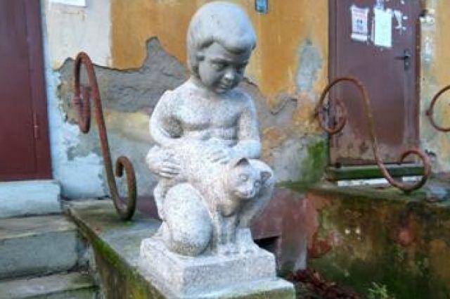 В Калининграде восстановили изуродованную вандалами скульптуру «Ребенок с кошкой».