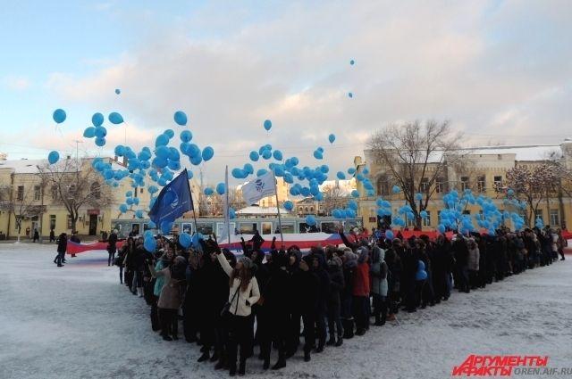 В небо улетели воздушные шары молодых избирателей.
