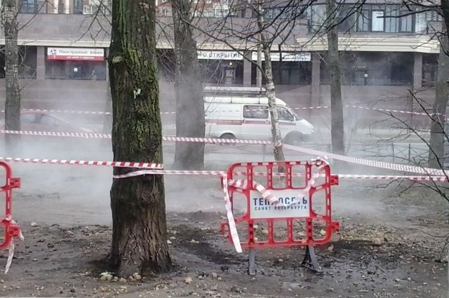 Напроспекте Энергетиков коммунальная авария: прорвало трубу сгорячей водой