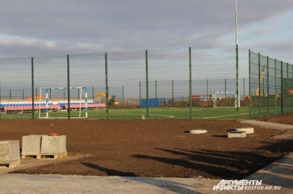 На территории дивизии построили мини-футбольную площадку.
