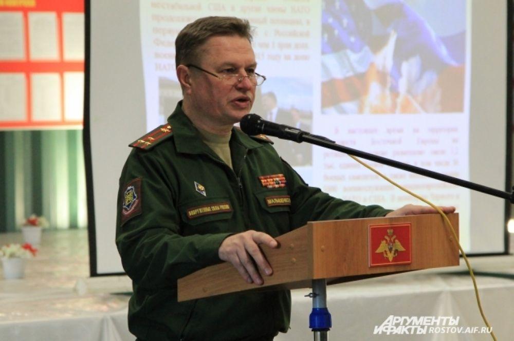 На политзанятии полковник рассказывает о ситуации в мире и стране.