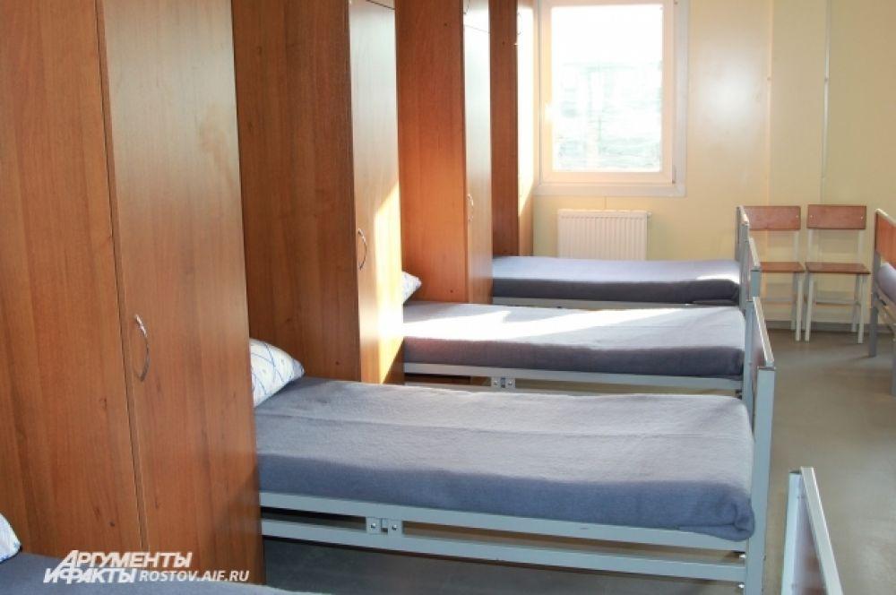 Казарма, где живут военнослужащие, здесь называется солдатским общежитием. В каждом кубрике живут по семь-восемь человек.