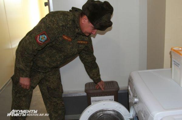 В солдатском общежитии имеются стиральные машины, микроволновые печи.