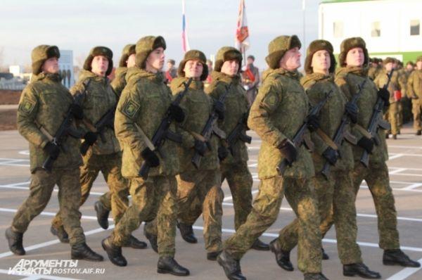 Военнослужащие прошли торжественным маршем со знаменем.
