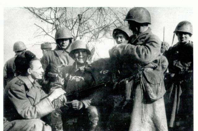 Поэт М. Дудин перед боем беседует с воинами.
