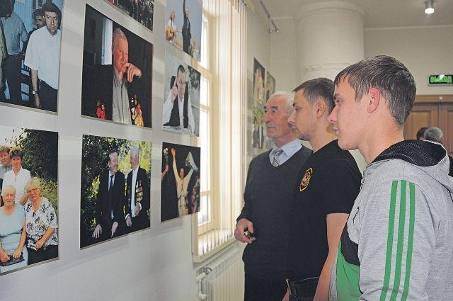 Фотовыставка в Курье – возможность для земляков Михаила Ка- лашникова увидеть портреты тех, кем гордится край, и узнать подробности их биографий.