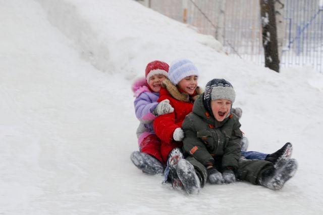 Выходные можно провести с детьми, катаясь со снежной горки.