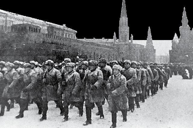 Парад на Красной площади 7 ноября 1941 года, когда немцы были под Москвой.
