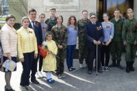 Поисковики и те, кто ищут своих пропавших родственников, у мемориала «Книга Памяти» в казанском парке Победы.