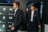 Чемпион мира по шахматам Магнус Карлсен и Сергей Карякин выходят на пресс-конференцию после финального матча
