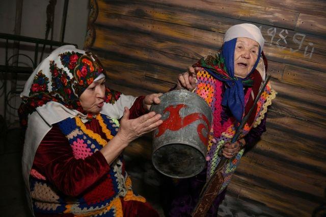 Разия Ахметовна (справа) вжилась в роль колхозницы. Ружьё, что у  неё в руках, в отличие от чеховского в спектакле не стреляет.