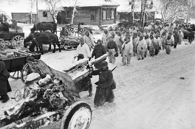 Разгром немецко-фашистских войск под Москвой. Начало контрнаступления Красной Армии. Советские войска проходят по улице освобожденной деревни.