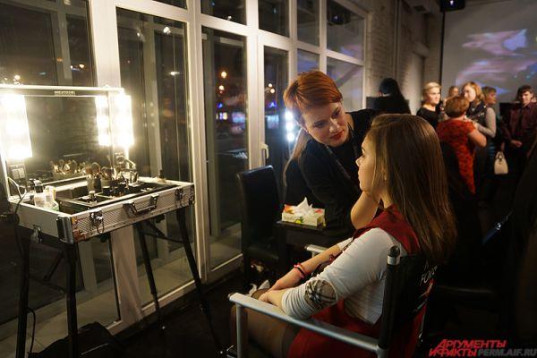 Перед началом показа гости мероприятия могли отправиться к специалистам на бесплатный макияж, а также выпить бокал вина на фуршете.