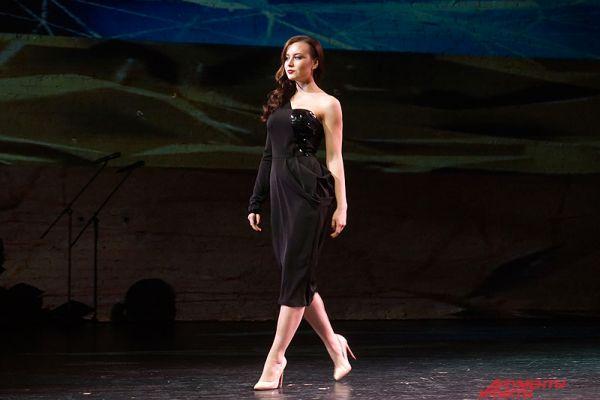 Например, в номинации «Маленькое черное платье» были представлены классические чёрные женские платья.