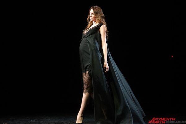 «Миссис Пермь-2015» Наталья Ежова продемонстрировала чёрный наряд для беременных.