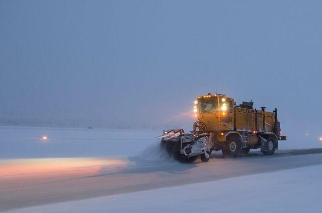 Сотрудники дорожной полиции вместе с городской администрацией очищают город от снежного плена.