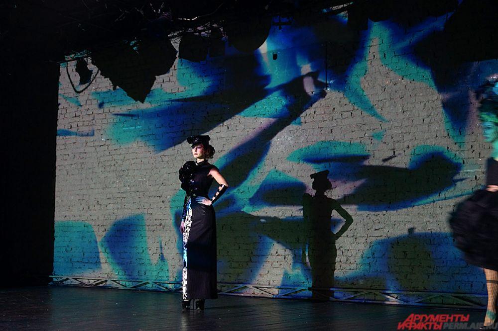 Модный показ проходил под темные абстрактные видеоролики, проектируемые сразу на три стены в зале.