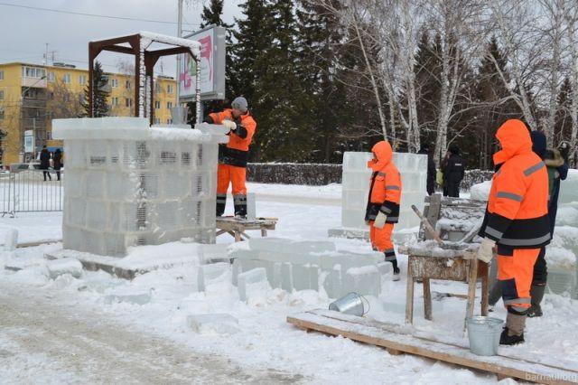 Фотоотчет: вБарнауле возводят снежный городок наплощади Сахарова