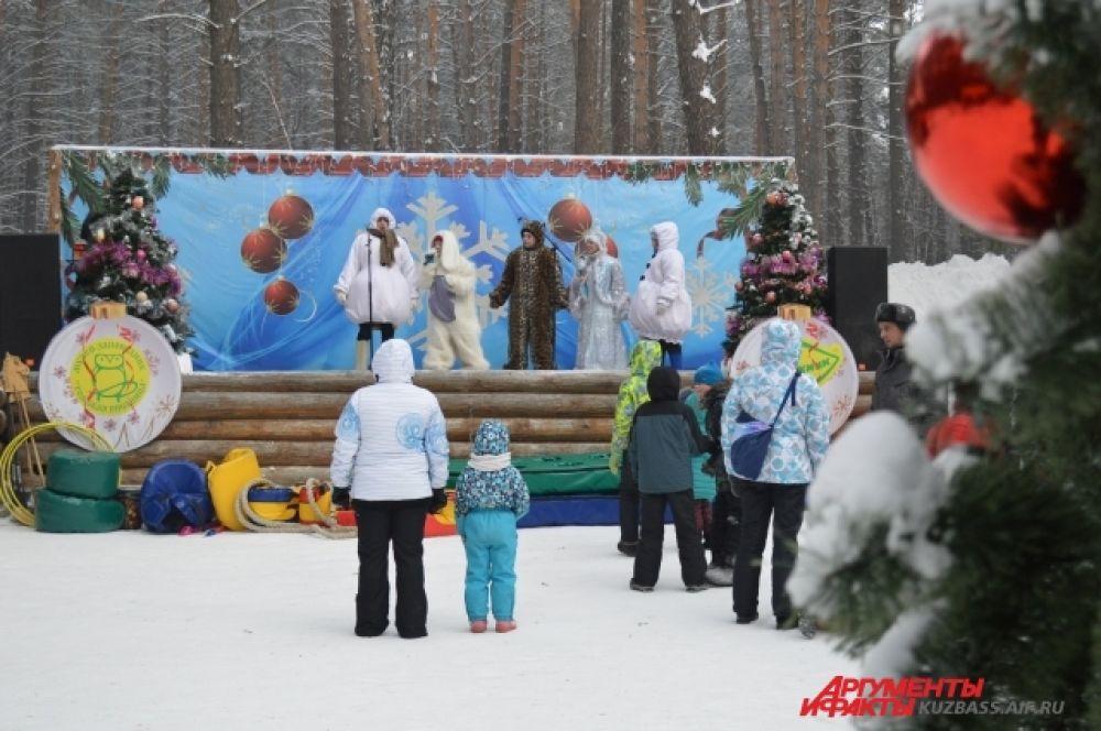 Кузбасский Дедушка 4 декабря выслушивал стихи, поздравления от мальчишек и девчонок (и даже их родителей), вручал свидетельства о том, что гости действительно были в его резиденции, и вкусную конфету.