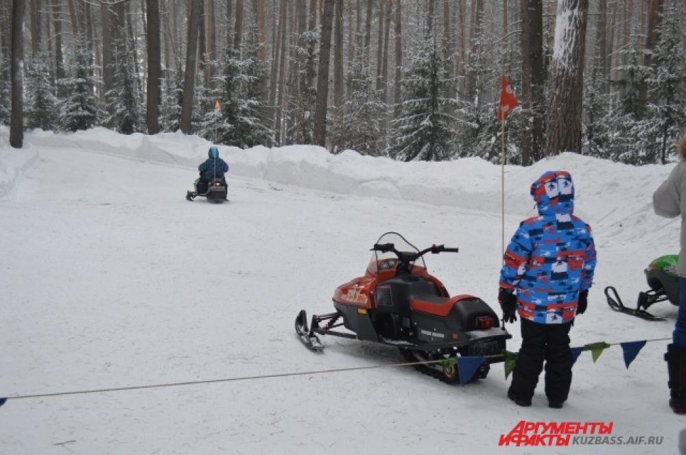 Дети могли покататься на детских снегоходах.