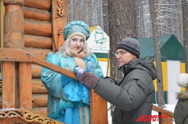 Вообще же резиденция на территории музея открылась 25 декабря 2003 года. Это подтверждает верительная грамота, привезённая российским Дедом Морозом из Великого Устюга лично.