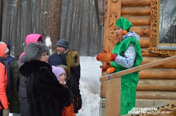 В это время в своей резиденции ждал главный кузбасский Дед Мороз, к которому даже выстроилась очередь.