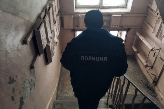 ВПетербурге впарадной дома отыскали труп босой женщины