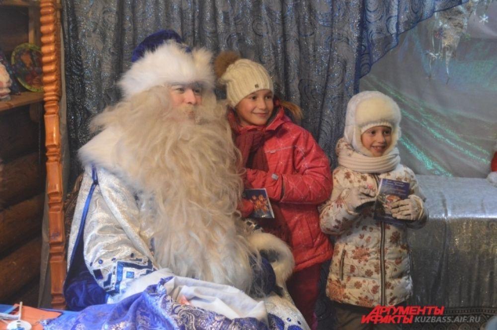Сегодня дети тоже ушли довольные – наигрались, наелись вкусностями с музея и, самое главное, успели повидать главного новогоднего персонажа – самого Деда Мороза.