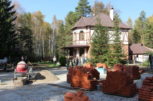 Дом радужного детства активно строится.