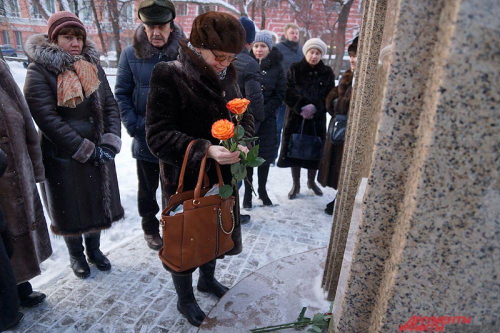 Горожане возложили цветы, после чего молча стояли у монумента.