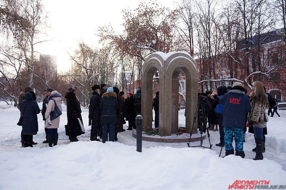 Траурная акция прошла у монумента, установленного в память о погибших в ночном клубе.